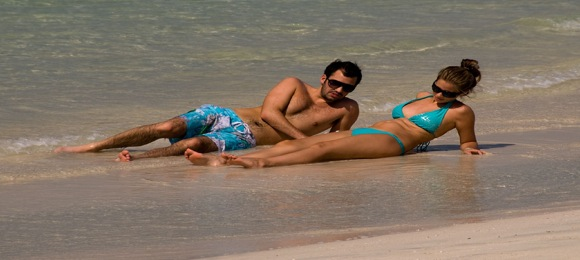 dubai-beach-kissing.jpg
